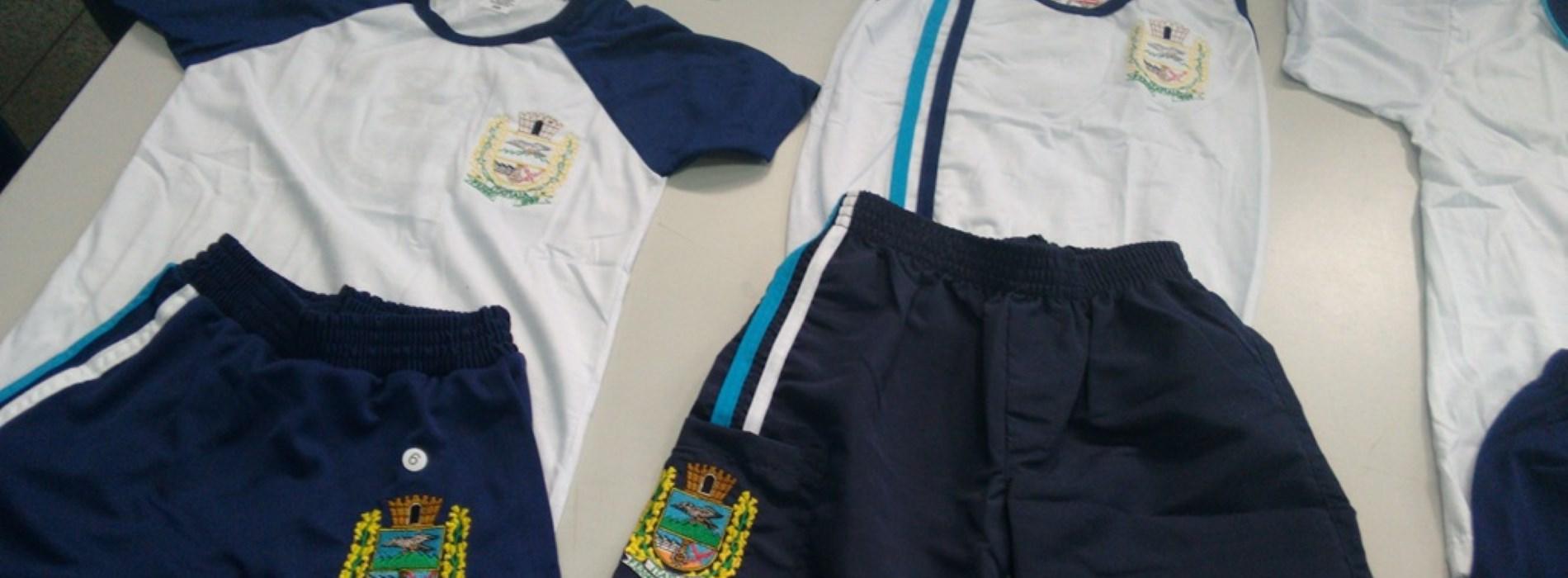 5d527ba80d96e Secretaria de Educação de Itatiaia entrega uniformes escolares ...
